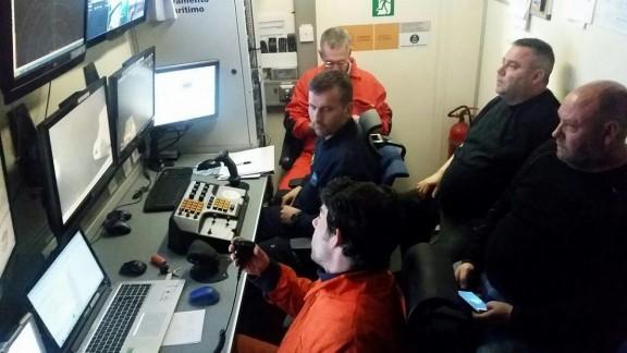 Sala de control del Rov Comanche con parte de la tripulacion del Fairell